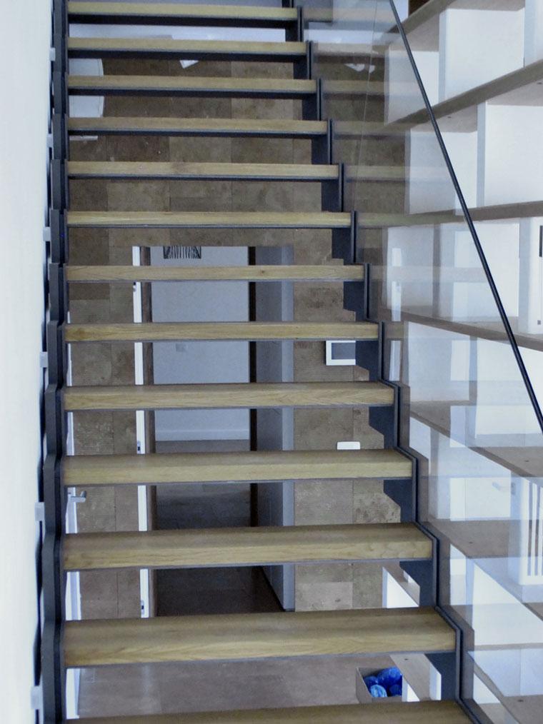 Scara biblioteca living trepte lemn balustrada sticla haute couture metal