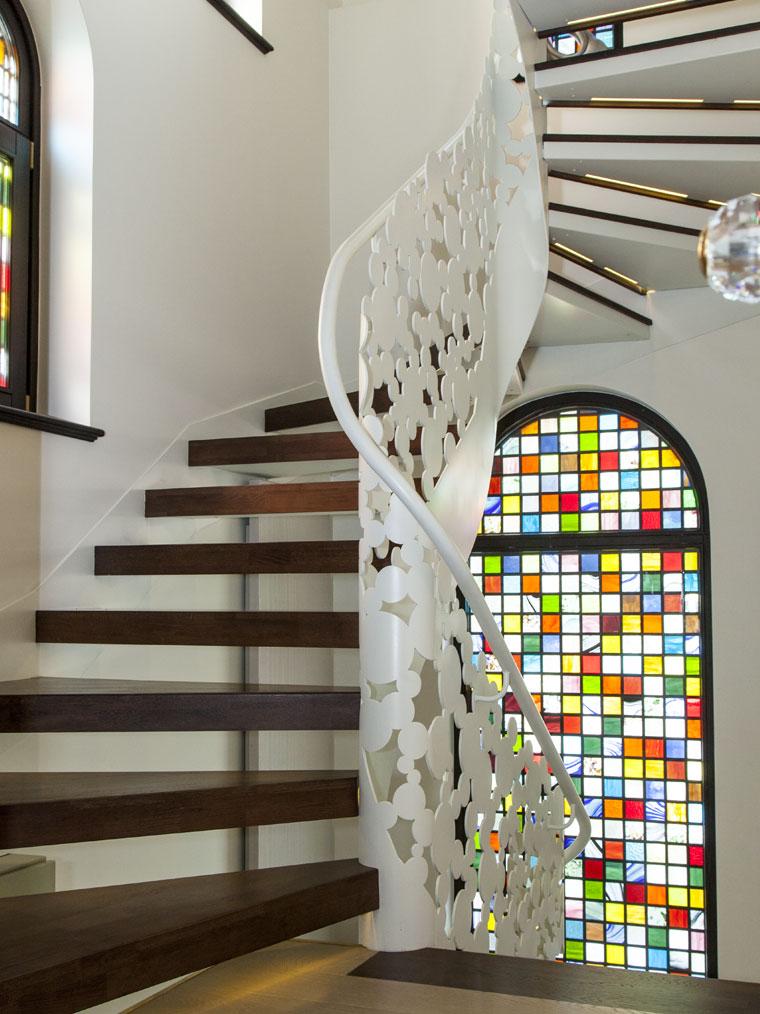 Scara interioara trepte lemn balustrada debitata laser haute couture metal
