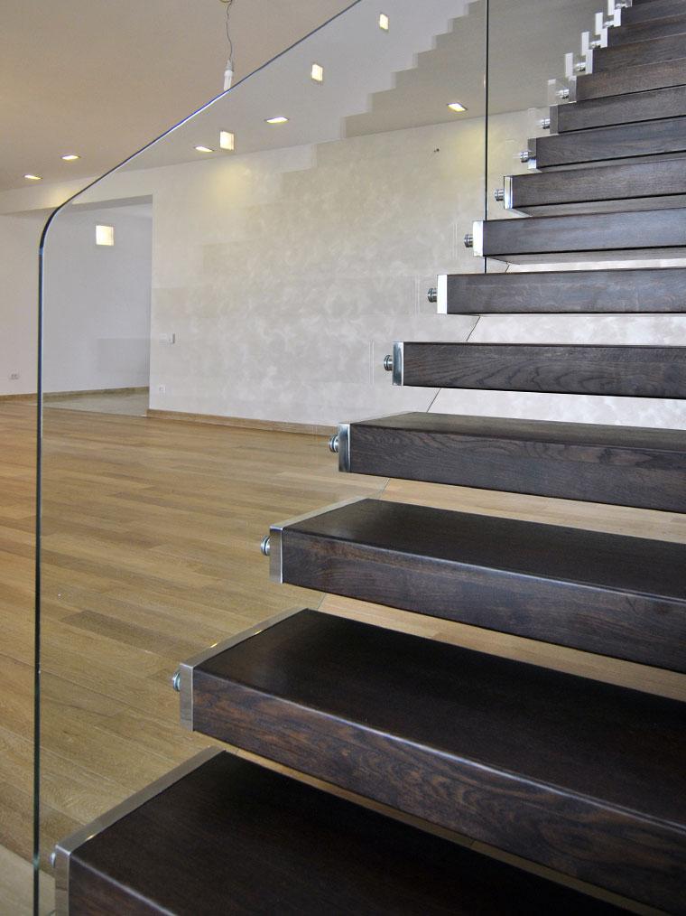 Scara locuinta trepte lemn consola balustrada sticla haute couture metal