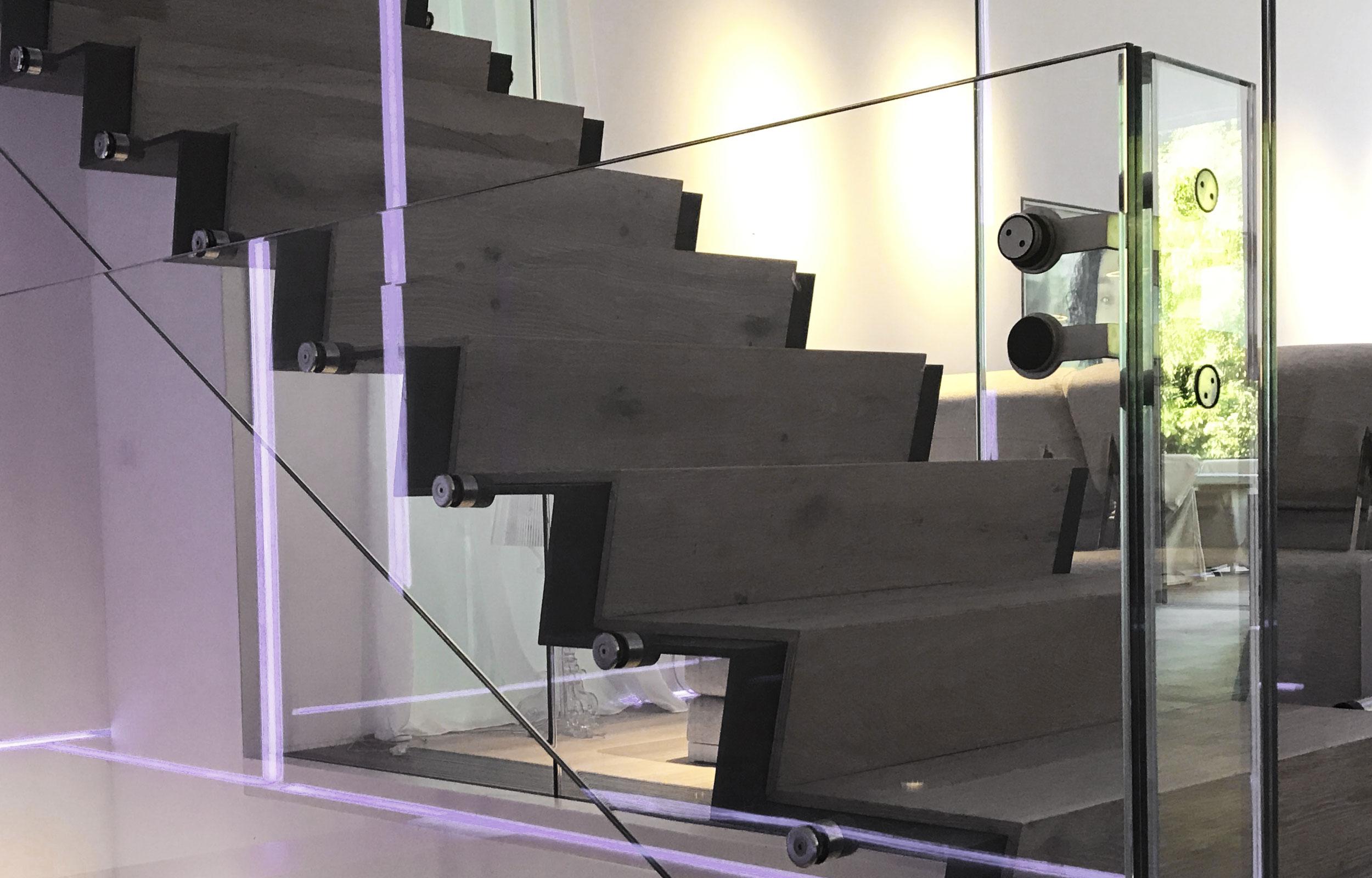 Scara metal otel trepte lemn balustrada sticla haute couture