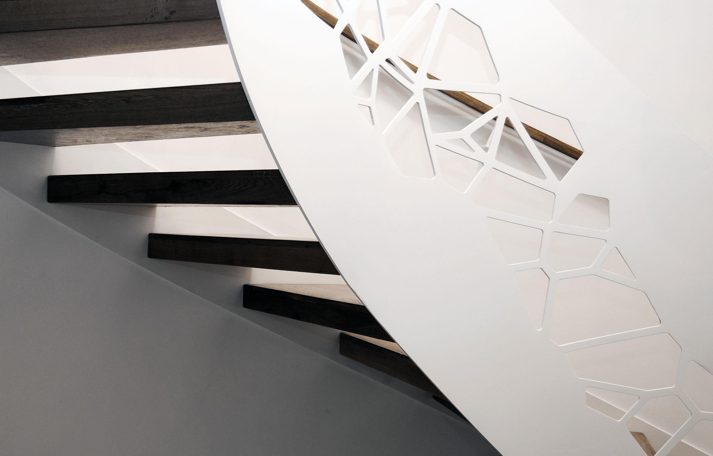 Scara elicoidala balustrada traforata laser trepte lemn Adriani