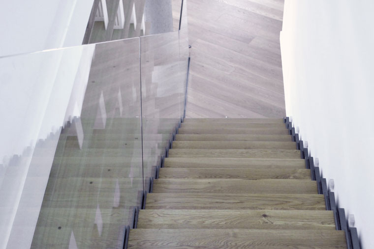 Scara interioara lemn balustrada sticla living biblioteca