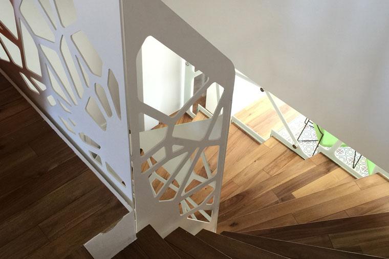 Scara interioara lemn balustrada debitata laser locuinta