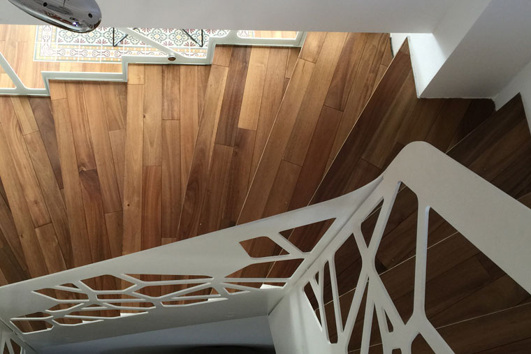 Scara interioara trepte lemn balustrada metal debitata laser