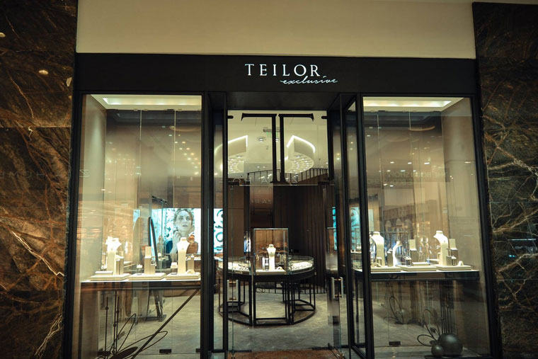 Magazin teilor exclusive vitrine metal sticla haute couture