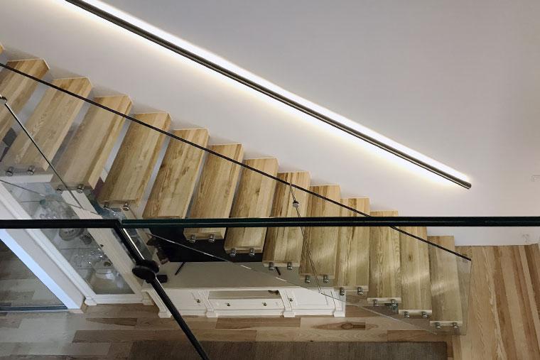 Casa scara lemn balustrada sticla mana curenta inox