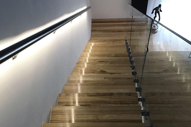 Scara lemn trepte mana curenta balustrada sticla haute couture