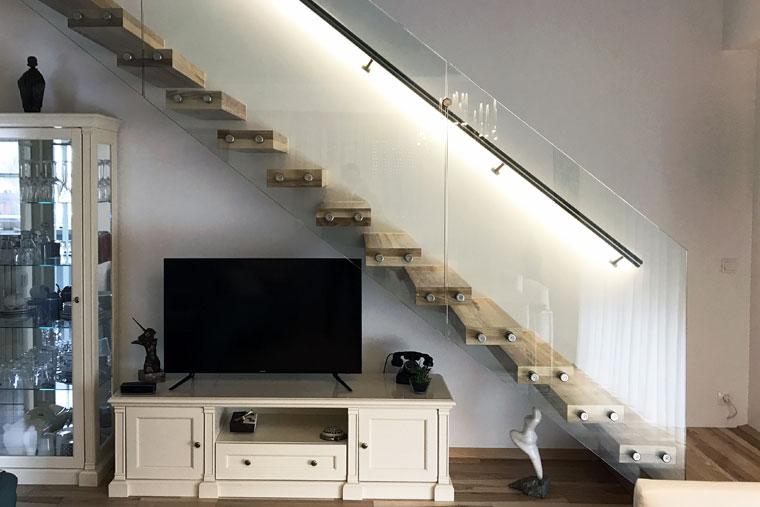 Scara interior living trepte lemn balustrada sticla lumina led