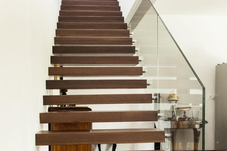 Scara interior living trepte lemn balustrada sticla