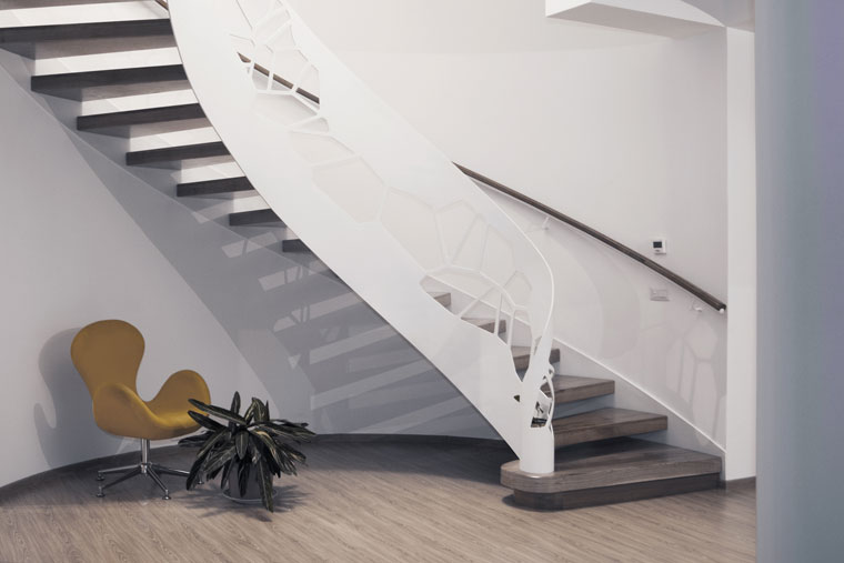 Scara elicoidala trepte lemn balustrada decupata laser
