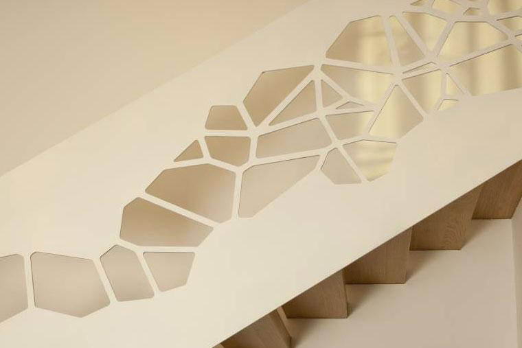 Scara interioara lemn balustrada decupata laser arhitect haute couture